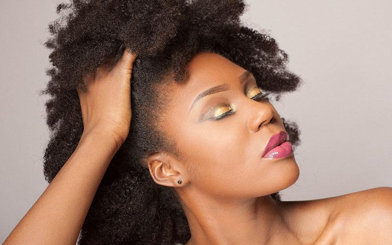 Les bons gestes contre la chute des cheveux afro