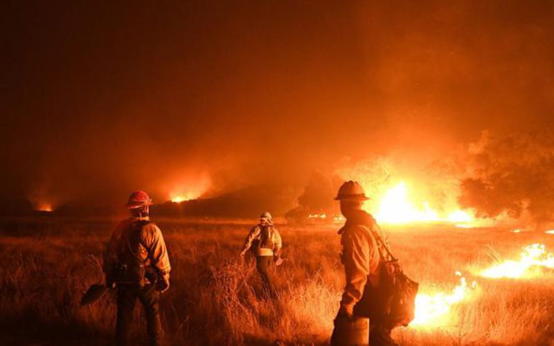 Incendies en Californie: le feu gagne encore du terrain